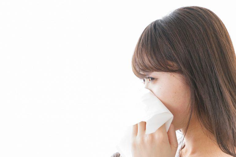 副鼻腔炎は後鼻漏を引き起こします。鼻水が喉に落ちる。つまる。